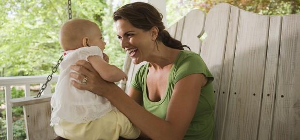 Mãe conversa com bebê (Foto: Thinkstock)