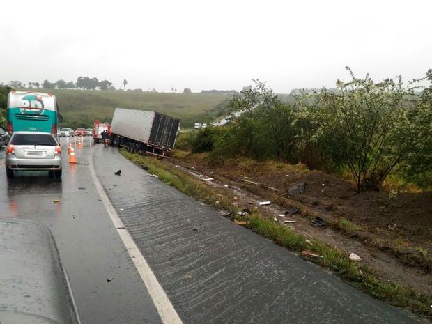 Motorista da carreta sofreu ferimentos leves (Foto: Débora Ayane/Site Voz da Bahia)
