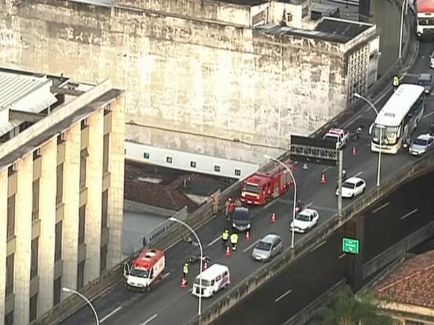 Acidente envolvendo uma moto e um carro matou uma mulher na Linha Vermelha, altura de São Cristóvão. (Foto: Reprodução/ TV Globo)