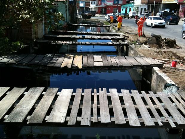 Esgotos das casas do bairro são despejados diretamente no córrego que deságua na Lagoa do Mundaú. (Foto: Fernando Coelho/Slum)