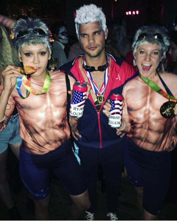 Taylor Lautner e Nina Dobrev fantasiados como Ryan Lochte (Foto: Instagram)