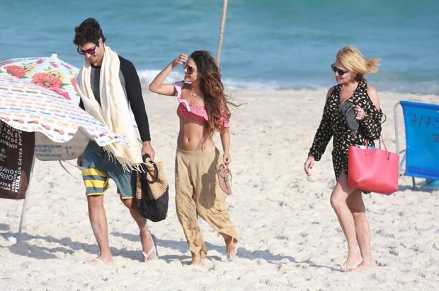 Isis Valverde com o namorado, André Resende, e a mãe, dona Rosalba (Foto: Dilson Silva/AgNews)