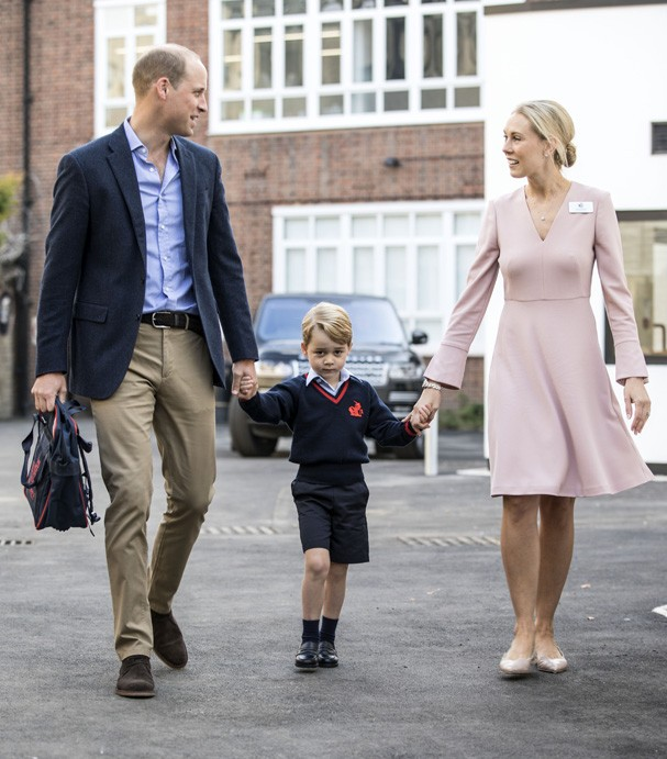LONDON, ENGLAND - SEPTEMBER 7: Prince George of Cambridge arrives for his first day of school with his father Prince William, Duke of Cambridge as they are met Head of the lower school Helen Haslem at Thomas's Battersea on September 7, 2017 in London, Eng (Foto: Getty Images)