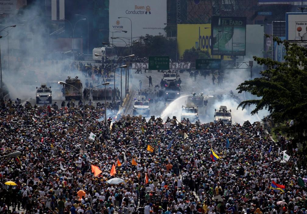 Opositores protestam contra Nicolás Maduro em Caracas e são reprimidos pelas forças policiais (Foto: REUTERS/Marco Bello)