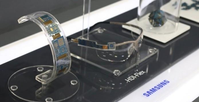 Na imagem, protótipos da placa de circuitos que pode ser dobrada (Foto: Reprodução/SlashGear)
