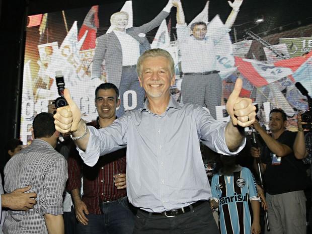 O prefeito de Porto Alegre, José Fortunati (PDT), comemora sua reeleição na sede do comitê. (Foto: Eduardo Quadros/Fotoarena/Folhapress)