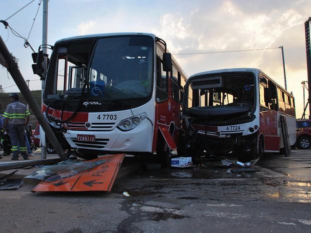 Acidente envolvendo micro-ônibus interdita via na Zona Leste de SP. Segundo os bombeiros, 29 pessoas receberam atendimento no local do acidente. (Foto: Gero/Futura Press/Estadão Conteúdo)