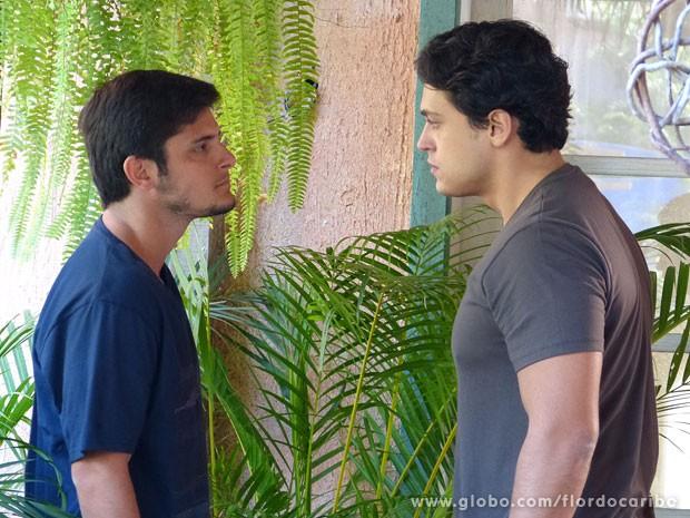 Juliano não vai aliviar a barra de Hélio (Foto: Flor do Caribe / TV Globo)