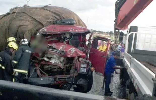 Acidente entre carreta e caminhão mata dois e fere um na BR-153, em Goiás (Foto: Divulgação/Corpo de Bombeiros)