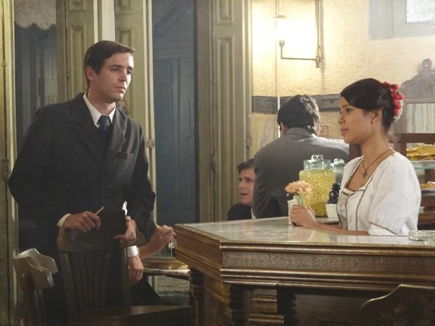 Almeidinha fica surpreso ao ver a amiga dividida entre dois pretendentes (Foto: Lado a Lado/TV Globo)