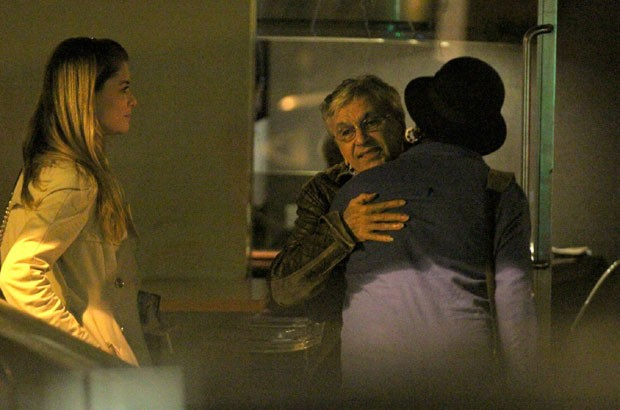 Alinne Moares e Caetano Veloso se despendem de um amigo (Foto: AgNews / Thiago Martins)