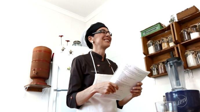 A Chef Cléo Martins ensina suas alunas a cozinhar de maneira saudável (Foto: reprodução EPTV)