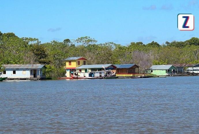 Vila sobre as águas conta com escola, comércio e igreja (Foto: Zappeando)