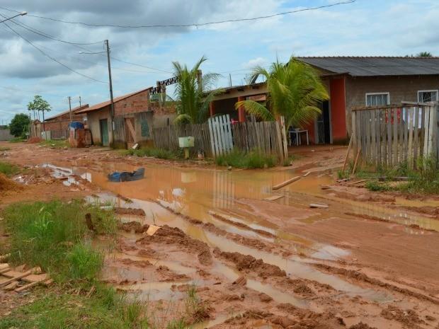 Após constantes chuvas, rua do bairro Lagoa está quase intransitável. (Foto: Eliete Marques/G1)
