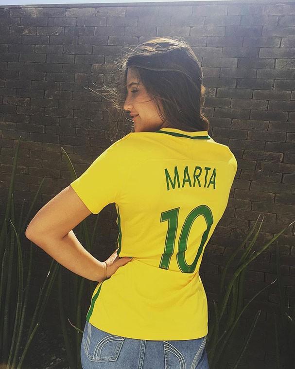 Giulia Costa torcendo por Marta durante a partida contra a Austrália (Foto: Reprodução/Instagram)