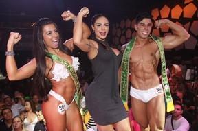 Aline Mineiro (no centro) com Erika Maruyama e Kaio Ferlete, vencedores do concurso Garota e Garoto Fitness (Foto: Iwi Onodera/ EGO)