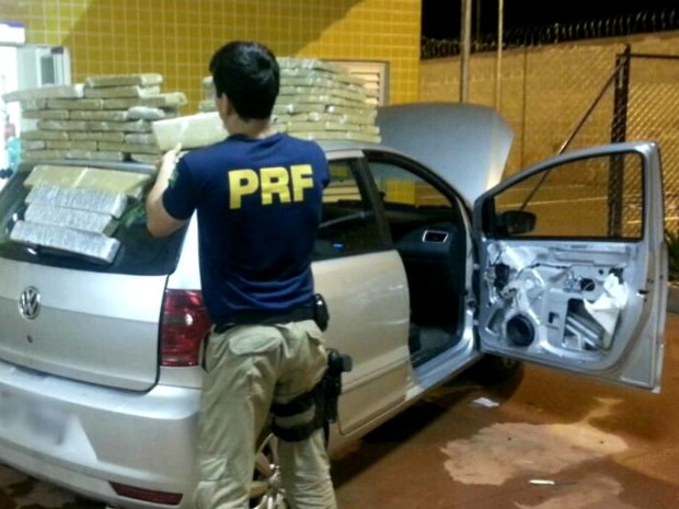 Veículo locado em Curitiba estava sendo usado para levar maconha de Pedro Juan Caballero (PY) para Itajaí (SC) (Foto: PRF / Divulgação)