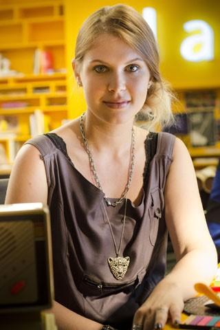Carolinie Figueiredo vive jovem ressentida por não conseguir um namorado (Foto: Raphael Dias / TV Globo)