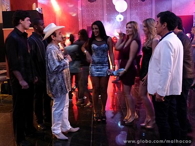 Rei do Rum repara nas moças e descobre armação (Foto: Malhação / TV Globo)