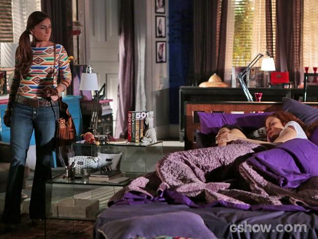 Clara flagra Marina e Vanessa dormindo abraçadas na maior intimidade (Foto: Felipe Monteiro/ TV Globo)