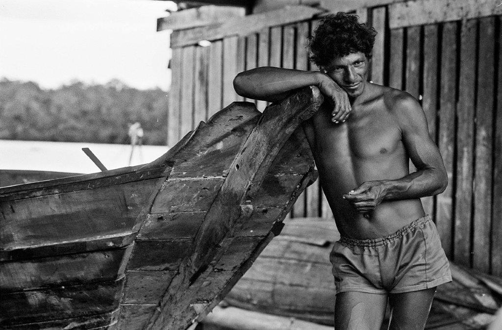 Homem e canoa (Foto: Luiz Braga)