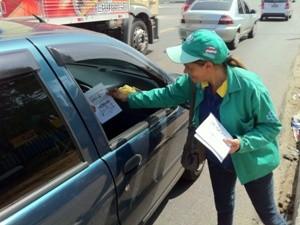Distribuição de panfletos ocorre nas principais vias (Foto: Carlos Eduardo Matos/G1)
