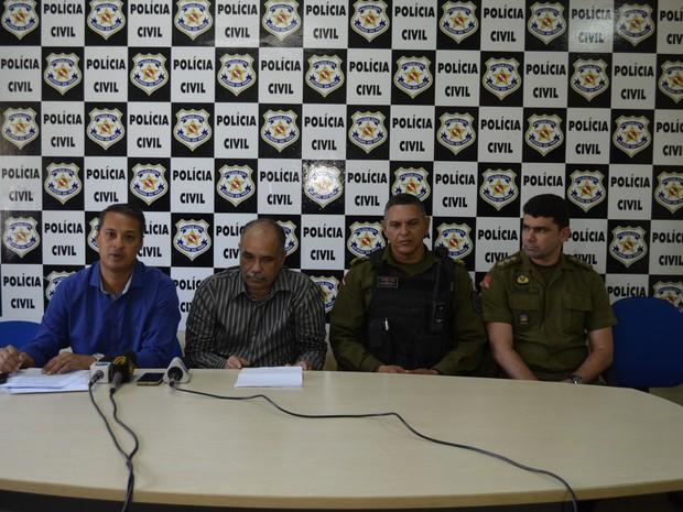 Durante coletiva delegadou detalhou sobre o depoimento do suspeito (Foto: Aritana Aguiar/G1)