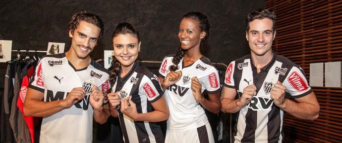 Modelos posam com o uniforme de 2015 do  Atlético-MG (Foto: Bruno Cantini / Atlético-MG)