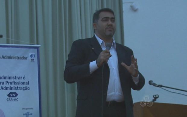 Planejador financeiro Alex Barros ministra palestras com dicas de organização orçamentária (Foto: Acre TV)