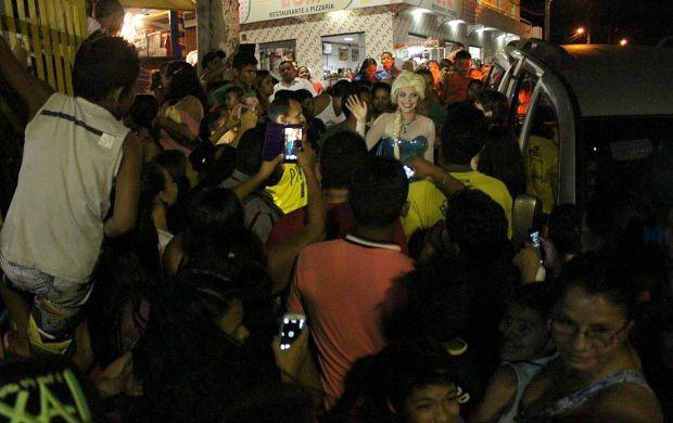 Atores fantasiados de personagens de 'Frozen' causaram euforia (Foto: Katiúscia Monteiro/ Rede Amazônica)