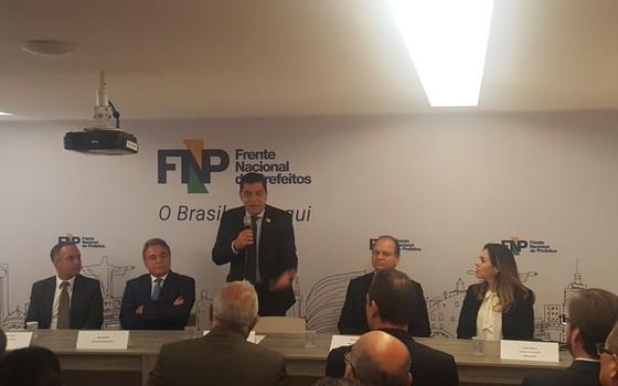 O prefeito de Palmas, Carlos Amastha (em pé) (Foto: Reprodução)