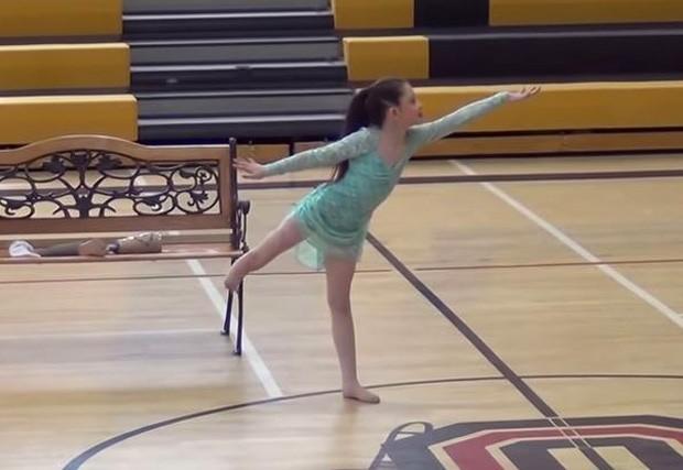 Alissa, de 8 anos, durante apresentação na qual retirou a prótese que usa hoje para se locomover (Foto: Reprodução / YouTube)