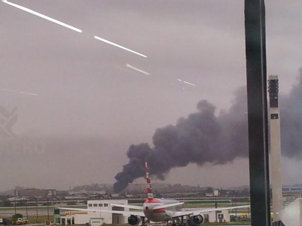 Fumaça era vista do Galeão (Foto: Alba Valéria Mendonça / G1)