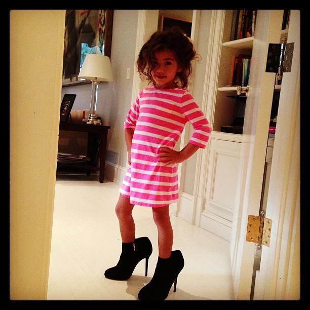 35e7e349a EGO - Filha de Adriana Lima usa sapato da mãe e faz pose de modelo ...