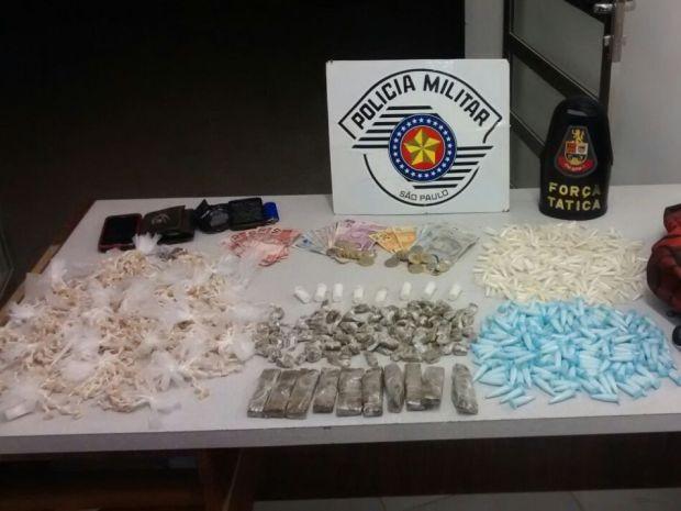 Policiais apreenderam drogas e dinheiro em Peruíbe (Foto: Divulgação/Polícia Militar)