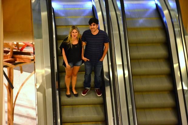 Dani Calabresa e Marcelo Adnet andam de braços dados em shopping   marcelo adnet dani calabresa marcelo adnet 2016