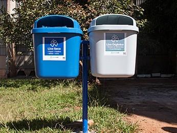 Novas lixeiras estão sendo instaldas no campus Darcy Ribeiro, da UnB (Foto: Emília Silberstein/UnB Agência)