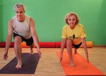 Foto (Foto: O professor Coaracy Nunes e a corredora Concy Caldeira fazem a postura do corredor, um dos exercícios da yoga para os praticantes de corrida. Foto Alexandre Cassiano)