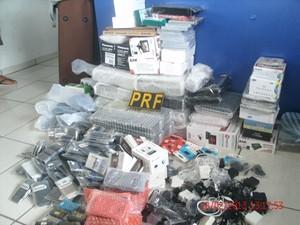 Foram apreendidas mercadorias sem documentação fiscal (Foto: PRF SC/Divulgação)