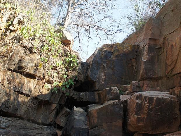 Cachoeira do Relo, que fica em Luís Gomes, possui uma queda d'água de 8 metros de altura; nascente do rio Mossoró secou, fez cachoeira desaparecer e turistas desaparecerem  (Foto: Anderson Barbosa/G1)