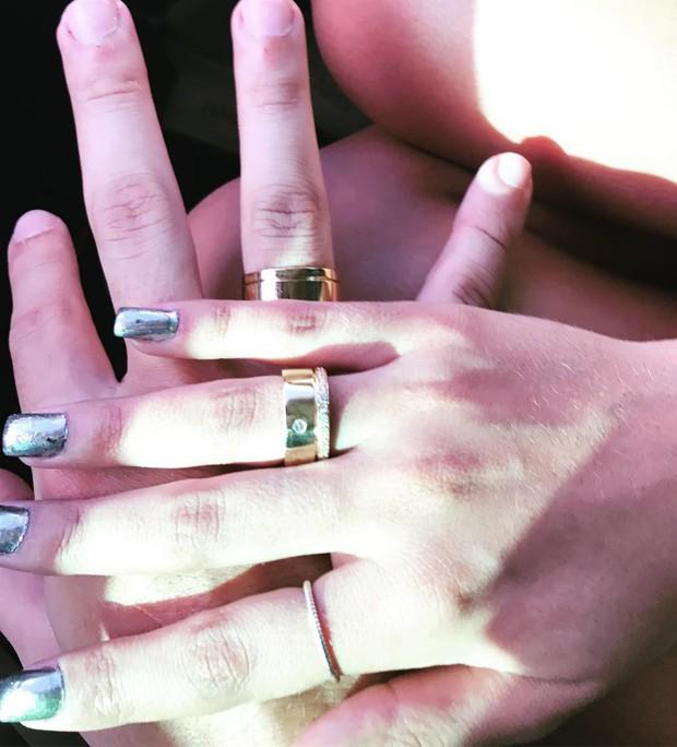 Munik Nunes e o noivo, Anderson Felício, mostram as alianças de noivado (Foto: Reprodução/Instagram)