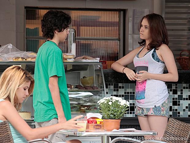 Guilherme mente para Clara e diz que Giovana está esperando no colégio (Foto: Pedro Curi / TV Globo)