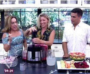 Cissa e André aprendem a fazer o suco com a nutricionista  (Foto: TV Globo)