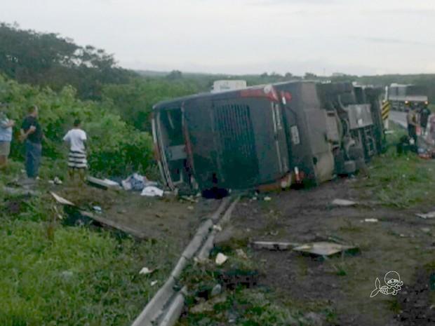 Acidente deixou quatro pessoas feridas (Foto: TV Verdes Mares/Reprodução)