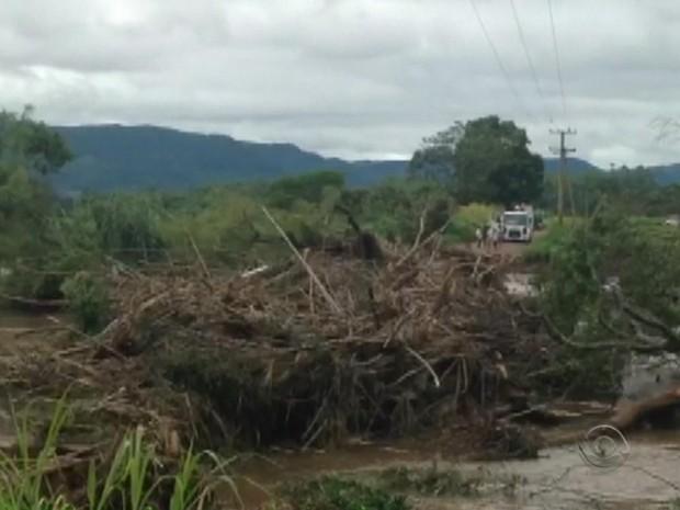 Barranco onde estava o eletricista desmoronou e ele caiu no Arroio Curupá (Foto: Reprodução/RBS TV)