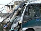 Ônibus desgovernado atinge poste no Morro São Benedito, em Vitória