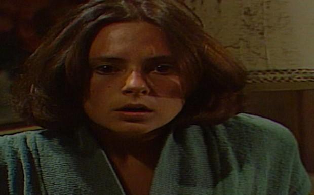 Na ilha, Carina fica assustada, pensando que André irá matá-la