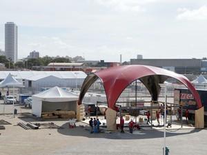 Estruturas temporárias já estão sendo montadas na Arena das Dunas (Foto: Augusto Gomes/GloboEsporte.com)