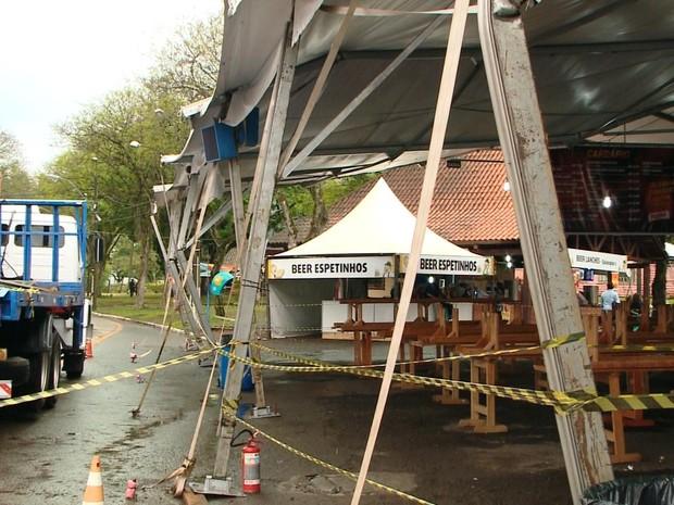 Praça de alimentação da Oktoberfest foi parcialmente interditada (Foto: Reprodução/RBS TV)