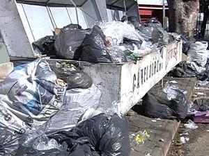 Problemas na coleta causa acúmulo de lixo em lixeiras e ruas de Goiânia, Goiás (Foto: Reprodução/ TV Anhanguera)